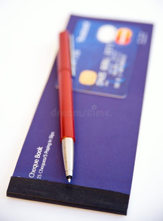 Cartão de crédito, pena e livro de cheque. fotografia de stock