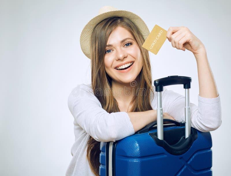 Cartão de crédito de sorriso da terra arrendada da mulher imagem de stock royalty free