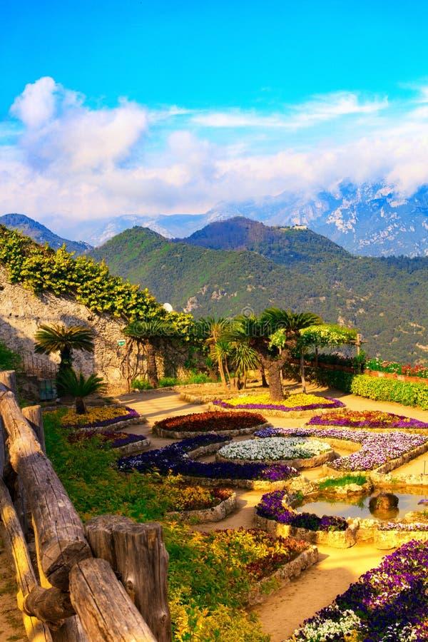Cartão de imagem com o terraço com as flores nas casas de campo Rufolo do jardim em Ravello Costa de Amalfi, Campania, Itália imagem de stock