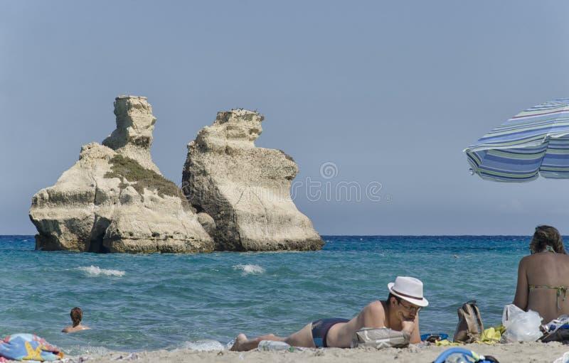 Cartão de imagem com povos em uma praia ideal de Salento imagem de stock