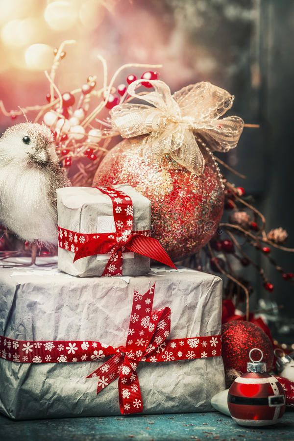 Cartão de Natal bonito com presentes feitos a mão, pássaro, bola do feriado, decoração e iluminação do bokeh, vintage imagem de stock