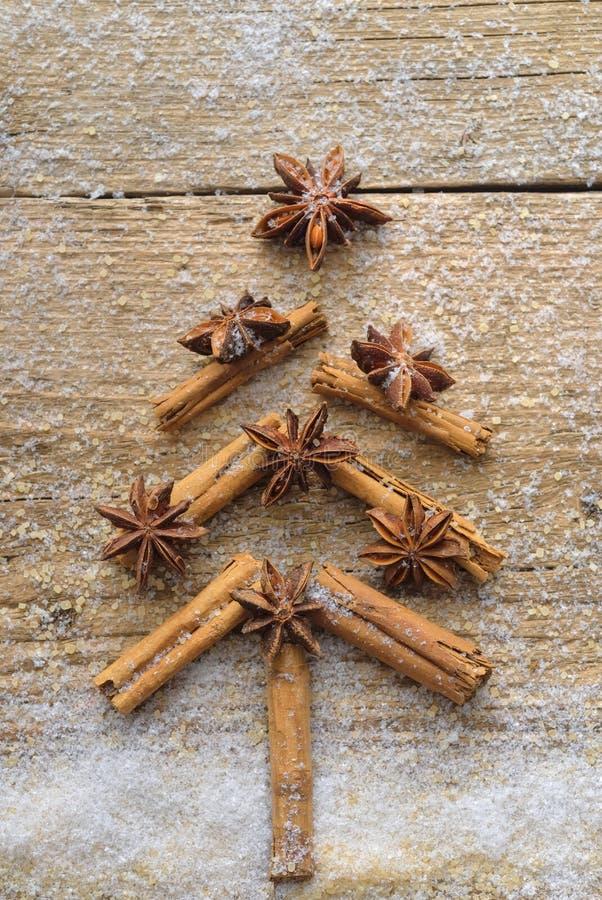Cartão de Natal com a árvore de abeto do Natal feita das varas de canela das especiarias, da estrela do anis e do açúcar de bastã imagens de stock royalty free