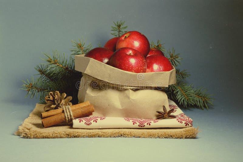 Download Cartão De Natal Com Maçãs Vermelhas Foto de Stock - Imagem de pacote, estrela: 80100926
