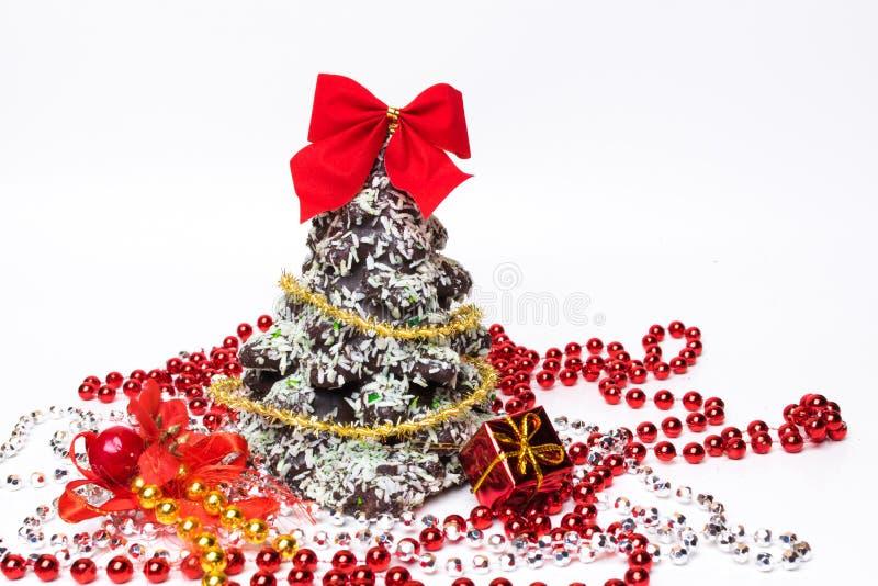 Cartão de Natal do ano novo Cookies da árvore de Natal do pão-de-espécie decoradas com doces, coco Copie o espaço fotografia de stock royalty free