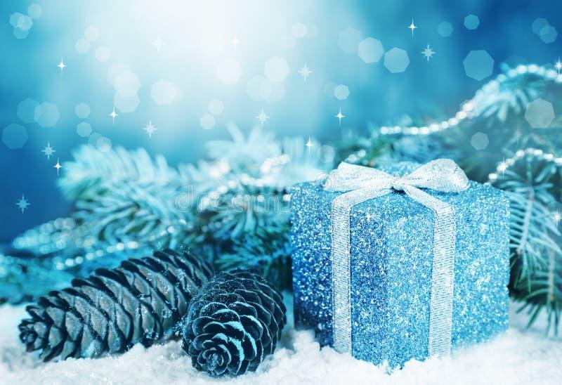Cartão de Natal O presente, cones, abeto ramifica, decorações com bokeh imagens de stock royalty free