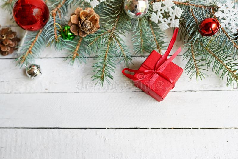 Cartão de Natal, presente, cones do pinho, brinquedos no fundo branco de madeira Configura??o lisa, vista superior, espa?o da c?p foto de stock royalty free