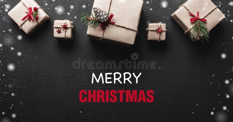 Cartão de Natal Presentes simetricamente arranjados na parte superior da imagem Mensagem dos cumprimentos do Natal A ambiência do imagem de stock royalty free