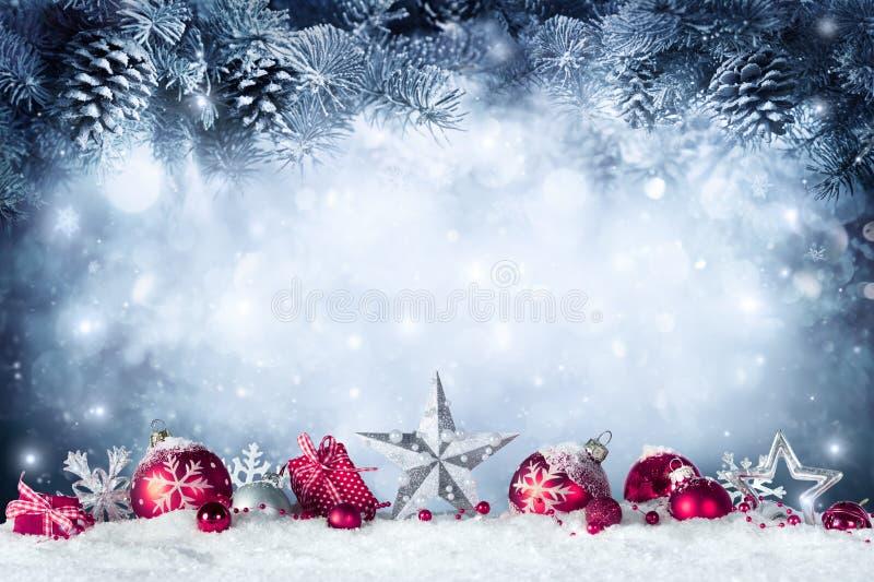 Cartão de Natal - quinquilharias e ramo do abeto imagens de stock