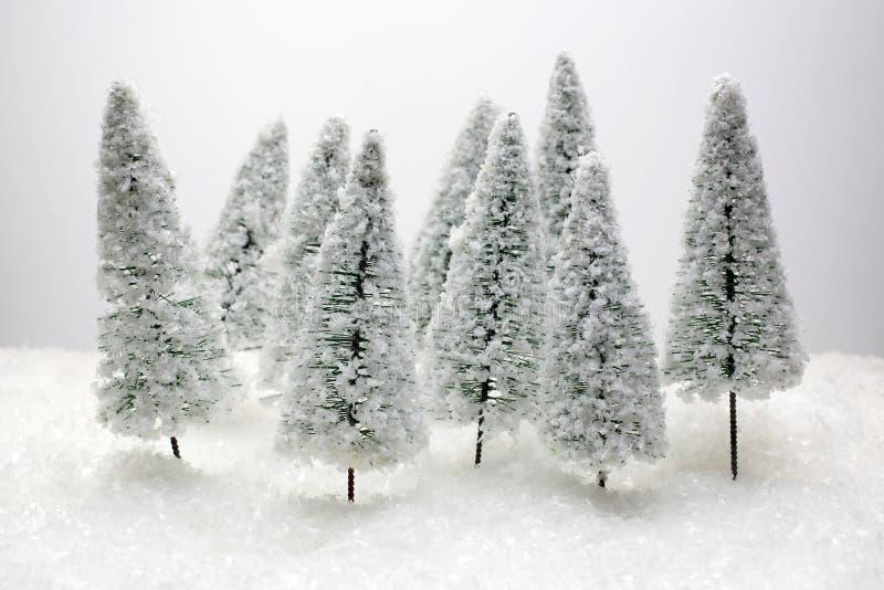 Cartão de Natal - uma árvore de Natal diminuta na neve - inverno imagens de stock