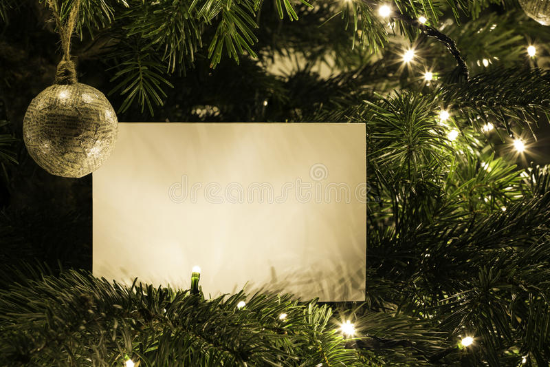 Cartão de Natal vazio na árvore de Natal com brinquedo foto de stock