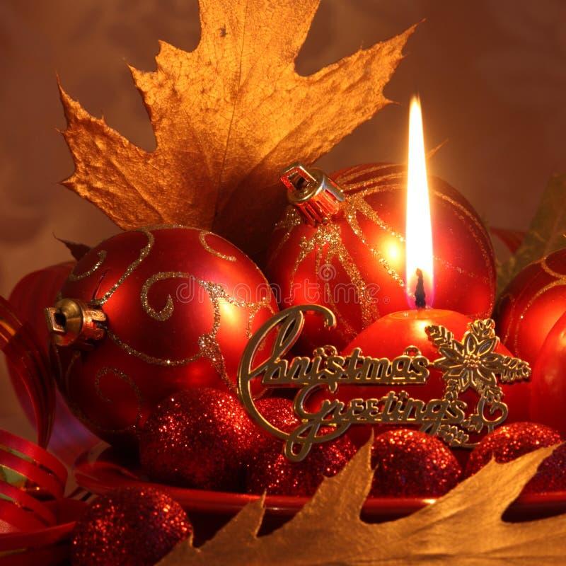 Cartão de Natal vermelho: Bolas & vela - fotos conservadas em estoque fotografia de stock royalty free