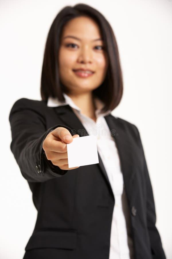 Cartão de oferecimento da mulher de negócios chinesa fotografia de stock