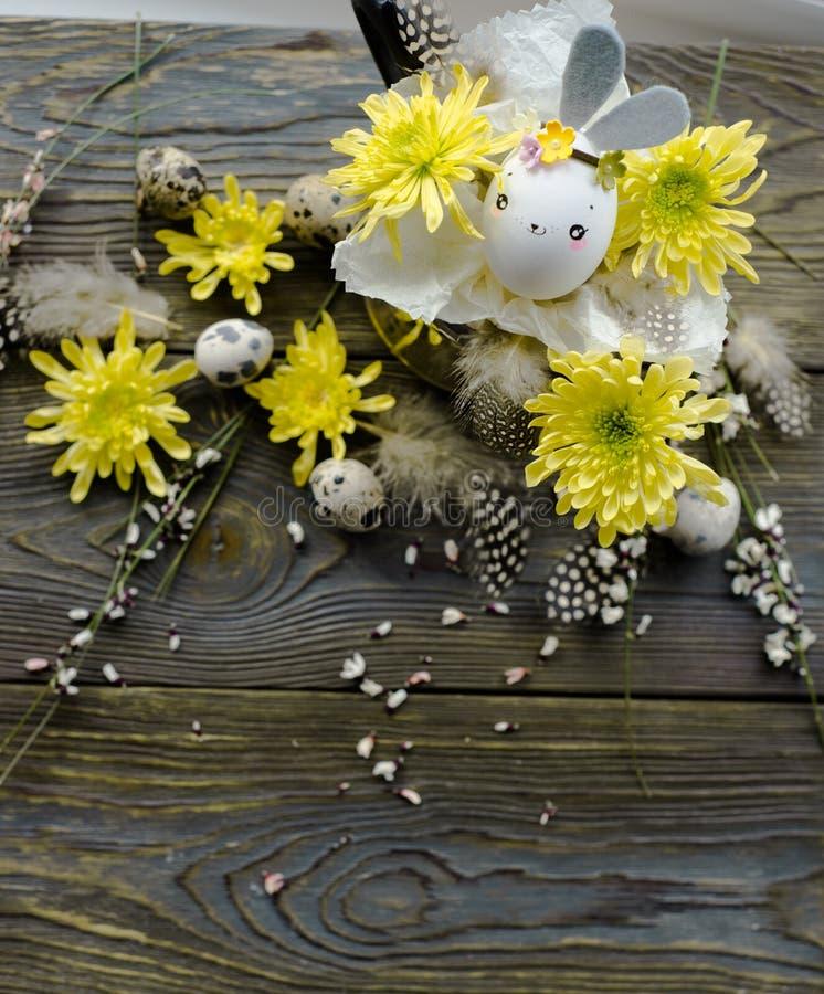 Cartão de Páscoa, fundo do feriado com coelho da casca de ovo imagem de stock
