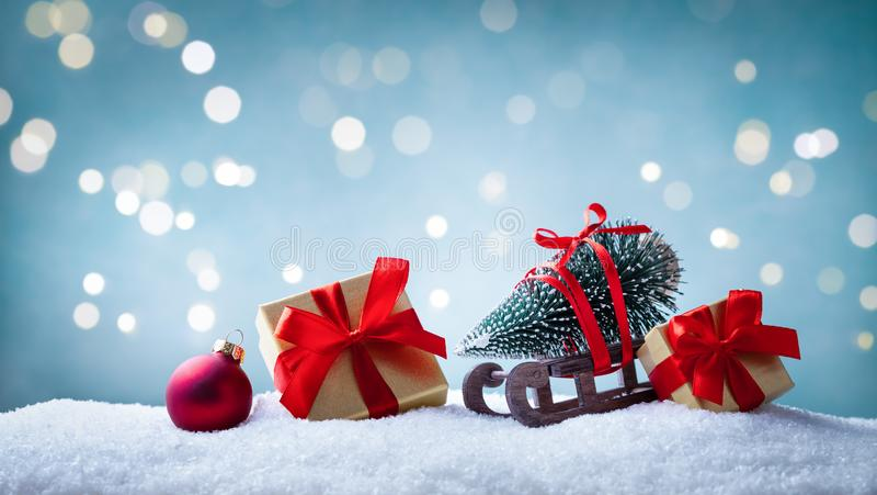 Cartão de saudação de Natal Caixas de presentes e manchas com pinheiro decorativo em fundo de neve Faixa de férias fotos de stock