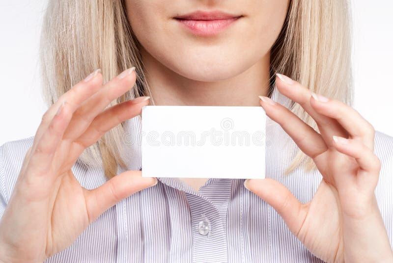 Cartão de visita da terra arrendada da mão da mulher fotografia de stock royalty free