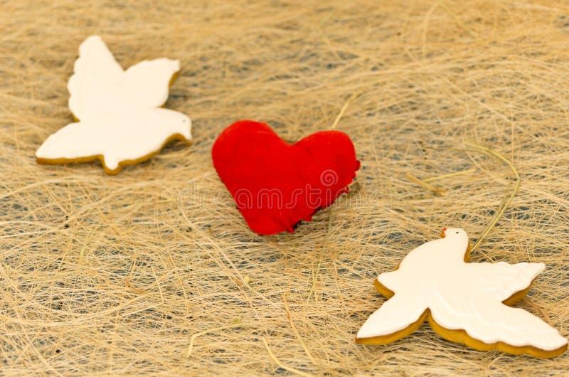 Cartão do amor Dois pombos brancos e um coração vermelho Dia do `s do Valentim fotografia de stock royalty free
