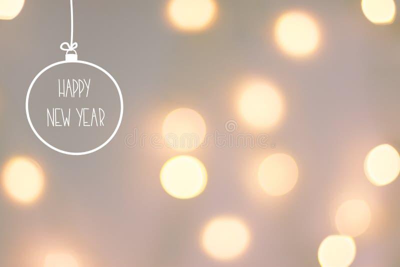 Cartão do ano novo feliz O bokeh dourado da festão ilumina o fundo cinzento cor-de-rosa pastel Ornamento tirado mão b da árvore d fotografia de stock royalty free