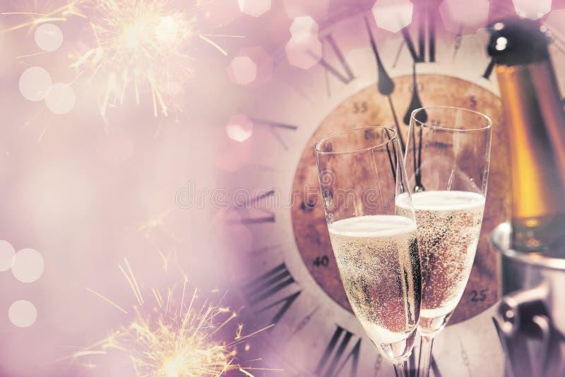 Cartão do ano novo feliz para comemorar com champanhe imagem de stock royalty free