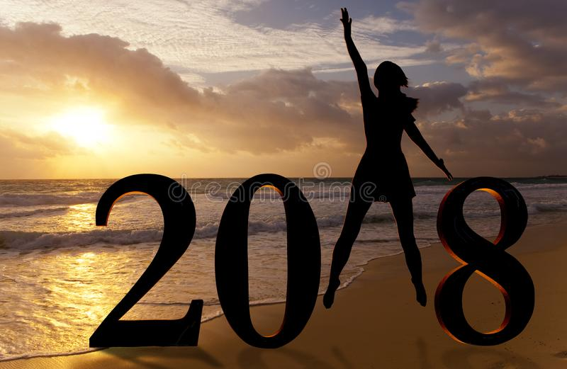 Cartão 2018 do ano novo feliz Silhueta da jovem mulher na praia como uma parte do sinal do número 2018 fotografia de stock