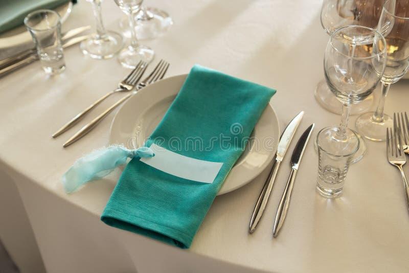 Cartão do convidado e Serviette de água-marinha com encontro na placa de jantar fotos de stock