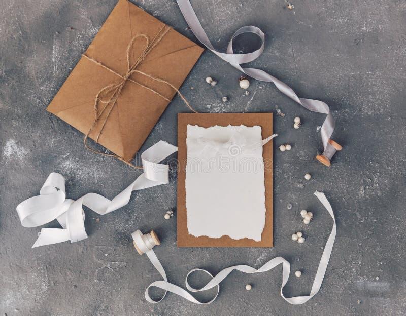 Cartão do convite do casamento com decorações e envelope Zombaria acima imagens de stock royalty free