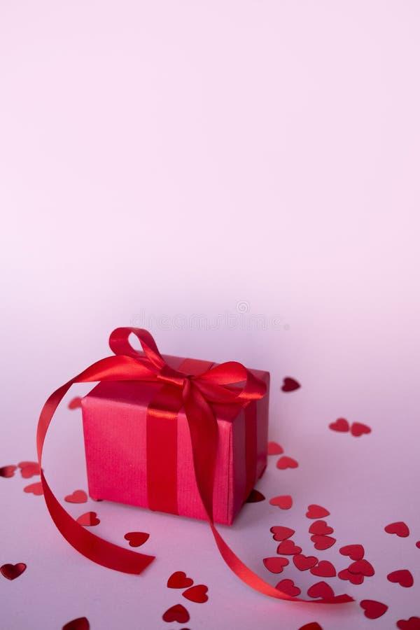 Cartão do dia de Valentim com a caixa de presente vermelha sobre o quadro-negro Com espaço para seus cumprimentos fotografia de stock royalty free