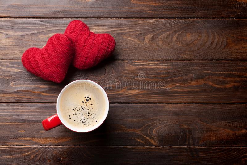 Cartão do dia de Valentim com corações e café vermelhos foto de stock