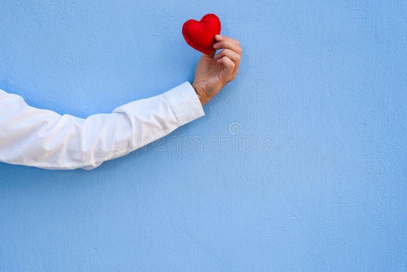 Cartão do dia de Valentim com fundo azul imagens de stock