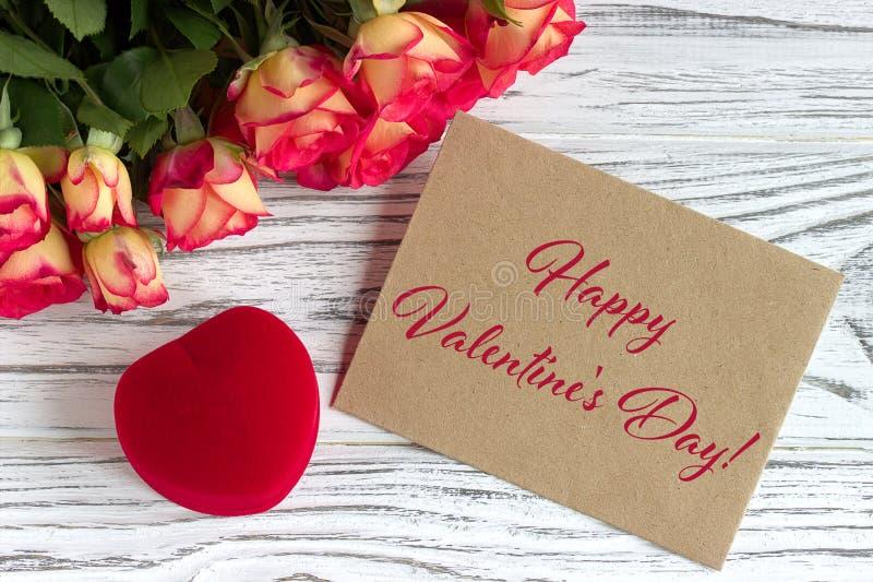 Cartão do dia de Valentim com rosas caixa de presente e rotulação vermelhas fotos de stock royalty free