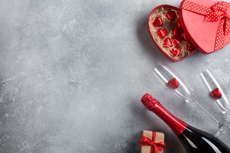 Cartão do dia de Valentim com vidros do champanhe e corações dos doces no fundo de pedra Vista superior com espaço para seus cump imagens de stock