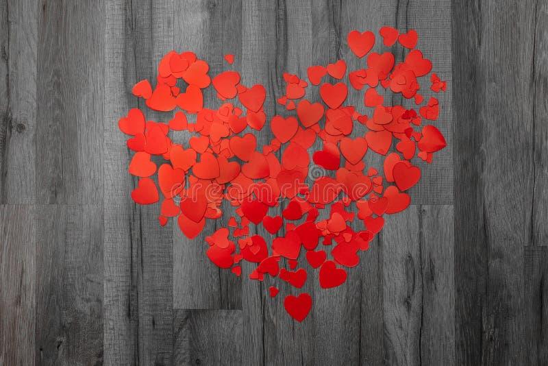 Cartão do dia dos Valentim Muitos corações no backround de madeira cinzento Vista superior Conceito do amor e da psicologia fotos de stock