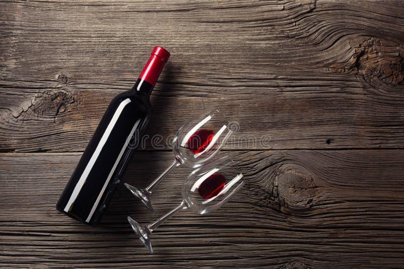 Cartão do dia dos Valentim Vinho tinto, caixa de presente e vidros na tabela de madeira Vista com espaço para seus cumprimentos imagens de stock royalty free