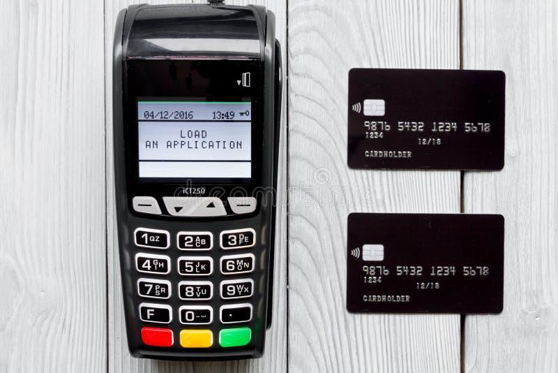 Cartão do pagamento através do terminal no fundo de madeira da opinião superior da loja fotos de stock