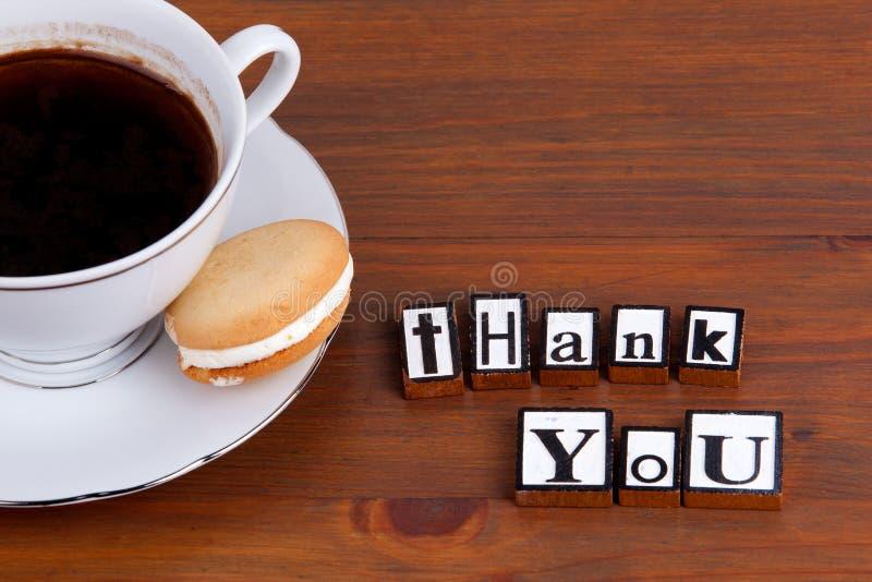 Cartão do presente isolado no branco Na caneca de café de madeira da tabela, cookie fotos de stock royalty free