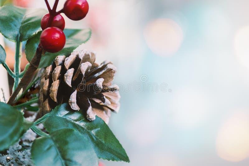 Cartão dos feriados de inverno - composição do cone do pinho, bagas vermelhas, folhas verdes Cartão do ano novo fotos de stock