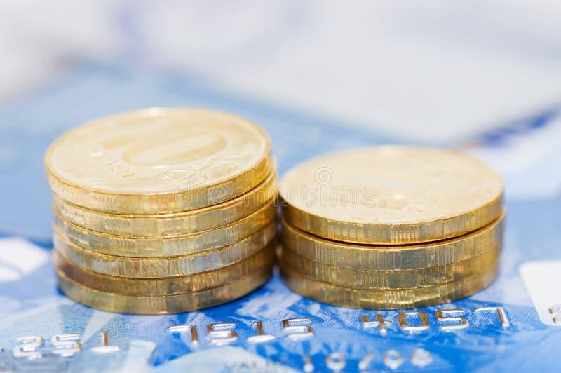 Cartão e moedas de crédito imagens de stock