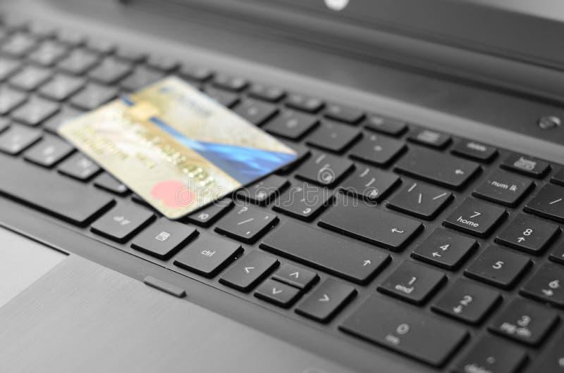 Cartão e portátil de crédito foto de stock royalty free