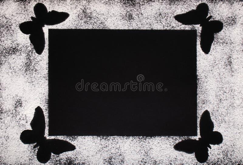 Cartão elegante do cozimento da farinha de trigo branca e das quatro borboletas fotografia de stock