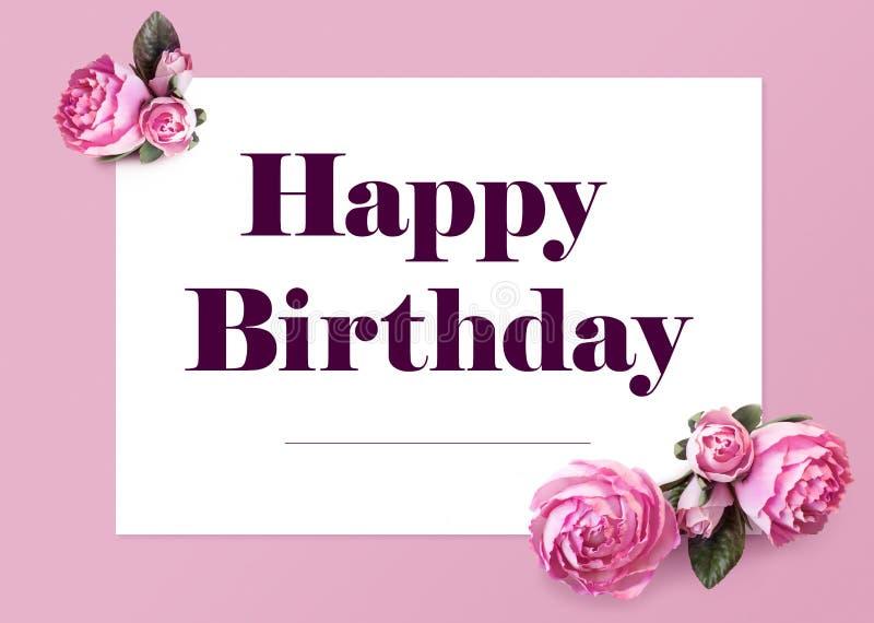 Cartão elegante do feliz aniversario Texto na folha de papel branca e flores isoladas das peônias em um fundo cor-de-rosa ilustração do vetor