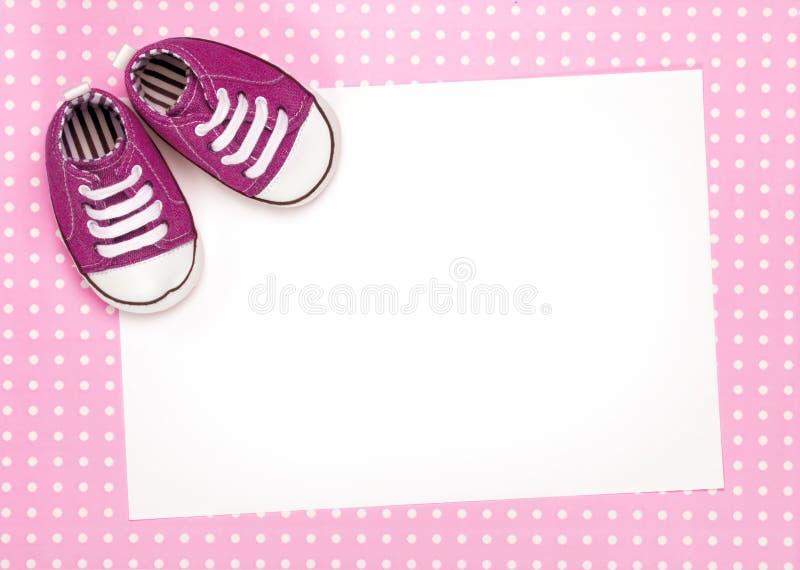 Cartão em branco com as sapatas de bebê cor-de-rosa ilustração do vetor