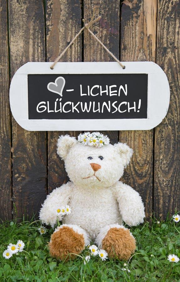 Cartão engraçado com urso de peluche e um sinal branco de madeira com fotografia de stock