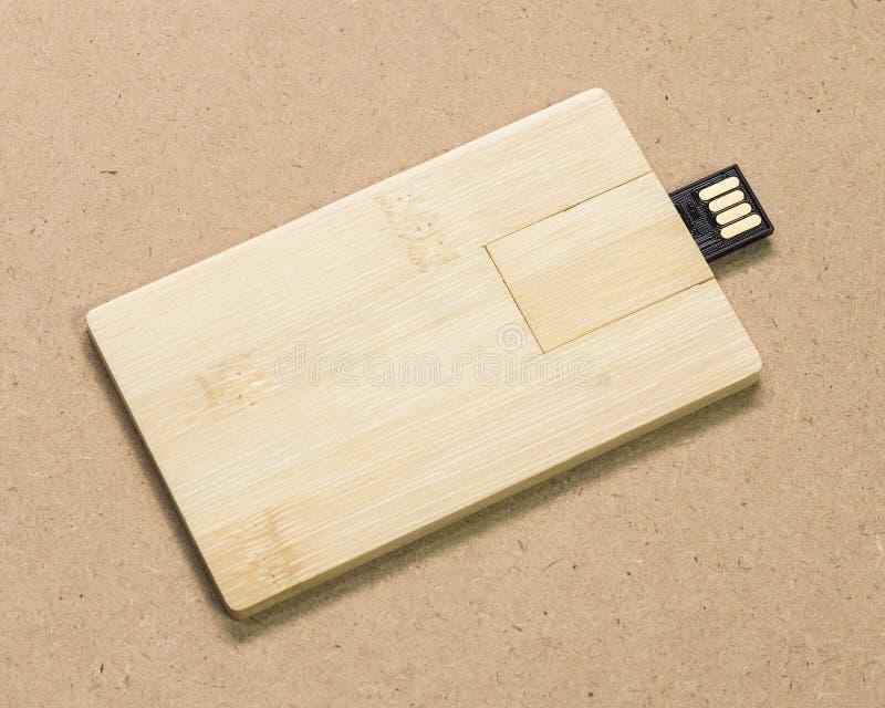Cartão instantâneo da movimentação no fundo marrom da textura do cartão Vara de USB feita do conceito material de madeira fotos de stock royalty free