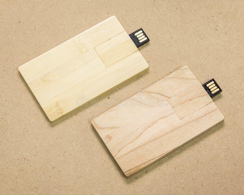 Cartão instantâneo da movimentação no fundo marrom da textura do cartão Vara de USB feita do conceito material de madeira imagem de stock