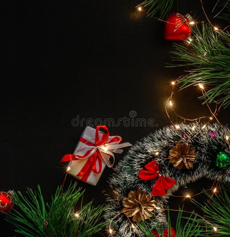 Cartão mágico escuro do fundo pelo Natal ou o ano novo Luzes obscuras brilhantes de uma festão Lugar para o texto de cumprimento foto de stock royalty free