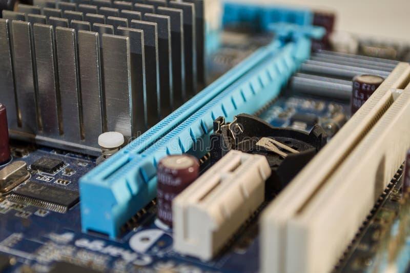 Cartão-matriz azul macro do PC em detalhe fotos de stock