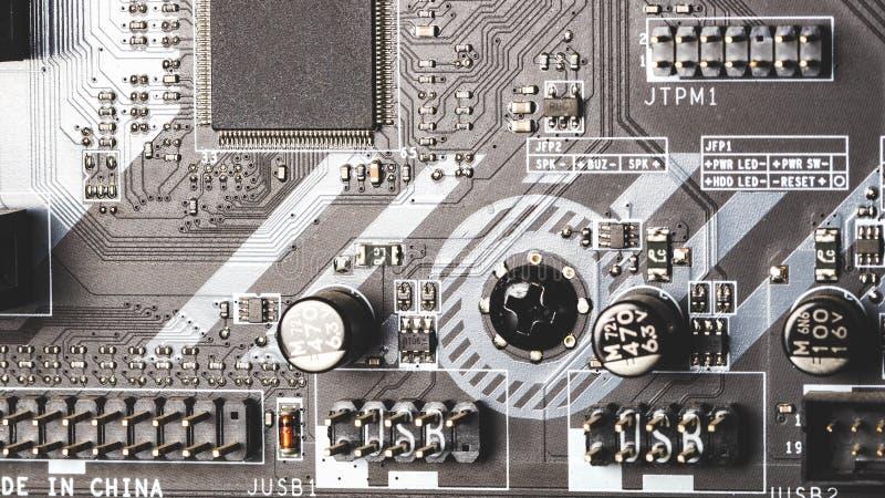 Cartão-matriz impresso do computador com microcircuito, fim acima imagem de stock