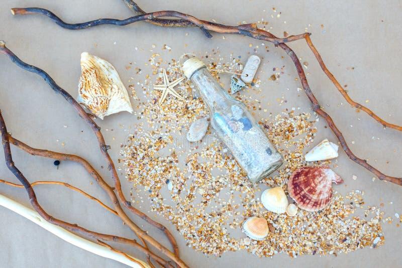 Cartão náuticos como a história das conchas do mar e da areia da viagem imagem de stock royalty free