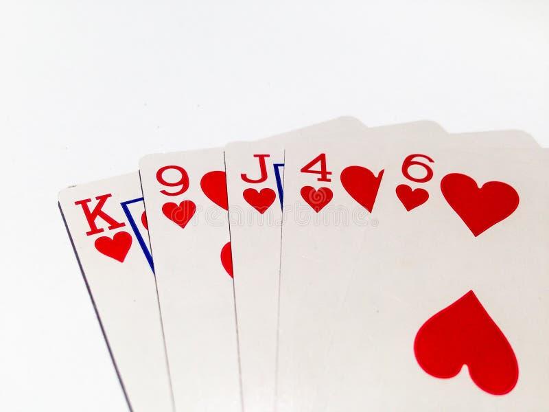 Cartão nivelado no jogo de pôquer com fundo branco fotos de stock royalty free