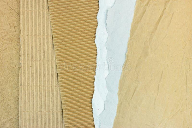 Cartão ondulado de Brown com as folhas de papel rasgadas cinzentas fotografia de stock