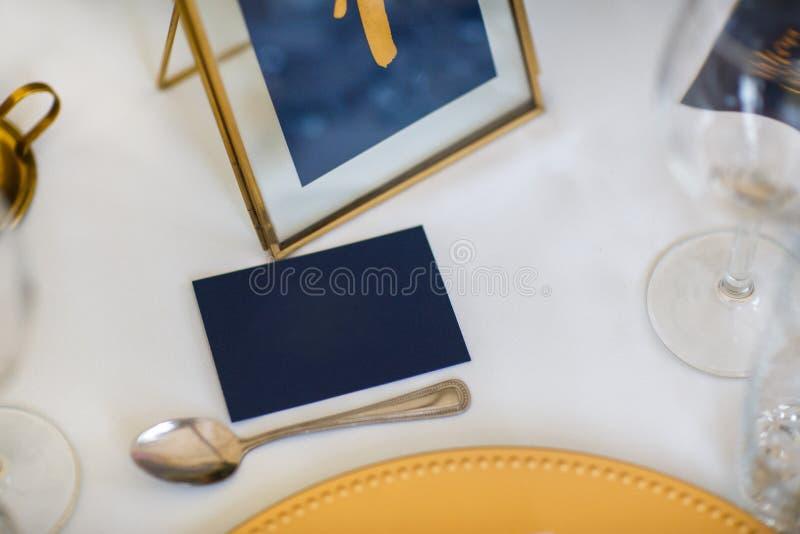 Cartão para o nome do convidado na tabela do casamento foto de stock